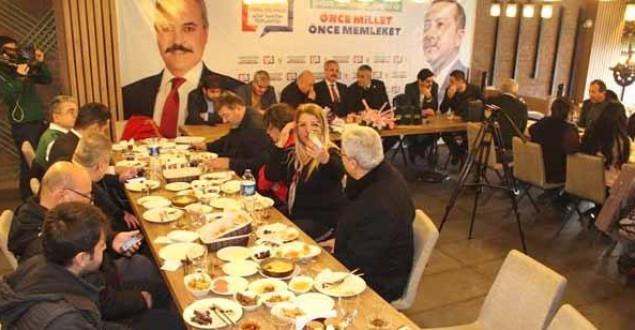 AK Parti Belediye Başkan Adayı Uysal'dan Basına Kahvaltılı Kutlama