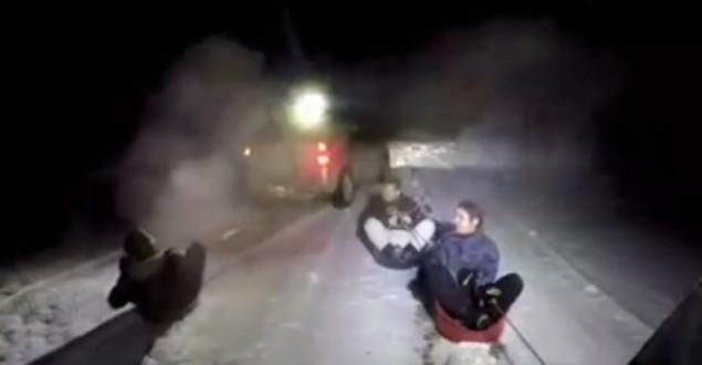 Halatı Cipe Bağlayıp Leğenle Karda Kaydılar