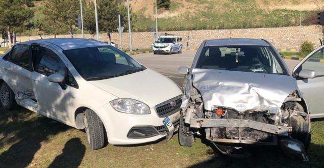 Karabük'te iki otomobil çarpıştı: 2'si çocuk 4 yaralı