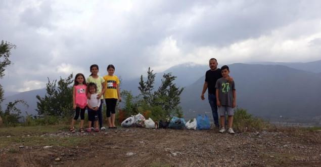 Tatile Gelen Gurbetçi Çocuklarıyla Birlikte Çöp Topladı