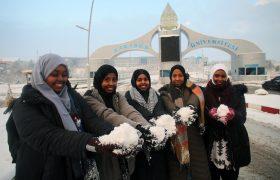 Afrikalı öğrenciler ilk kez kar görmenin sevincini yaşadı