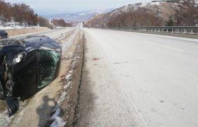 Yoldan çıkan otomobil devrildi