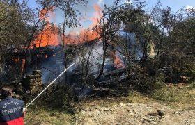 İki Katlı Ahşap Ev Yangın Sonrası Küle Döndü