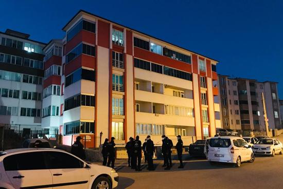 Pozitifli Vakaların Bulunduğu Apartman Karantinaya Alındı